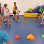 vaikai sporto salėje