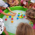 vaikai žaidžia su vandeniu