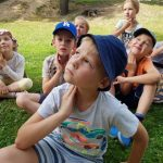 vaikai užsiima joga